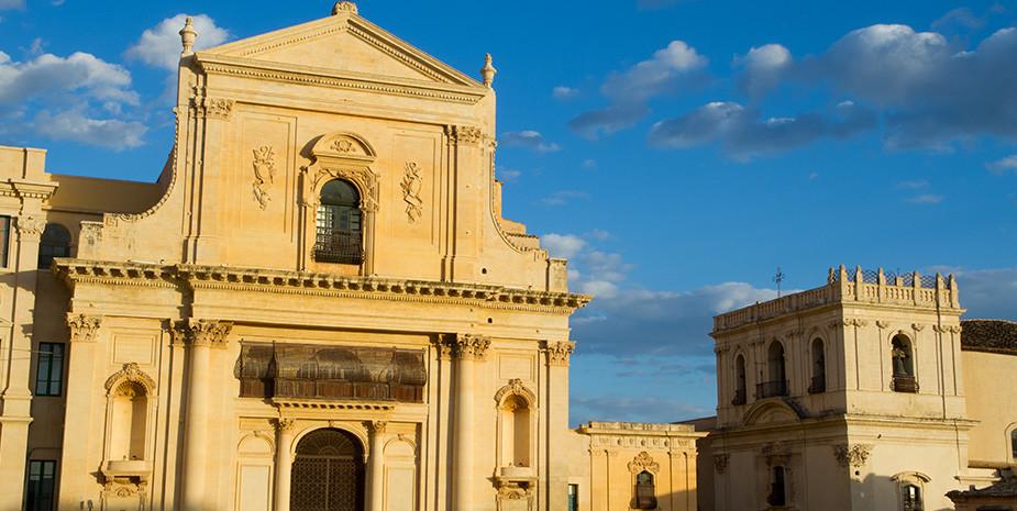 Il prospetto austero e imponente della Basilica San Salvatore
