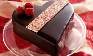 Torta-al-cioccolato-con-glassa-a-forma-di-cuore-per-San-Valentino